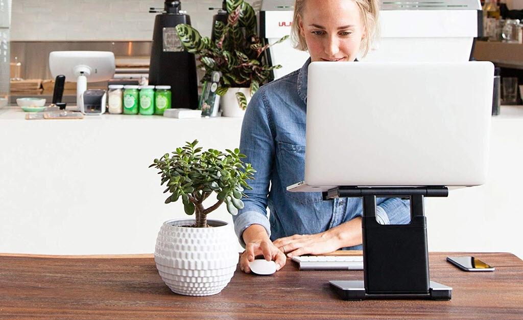 giá đỡ laptop trên bàn